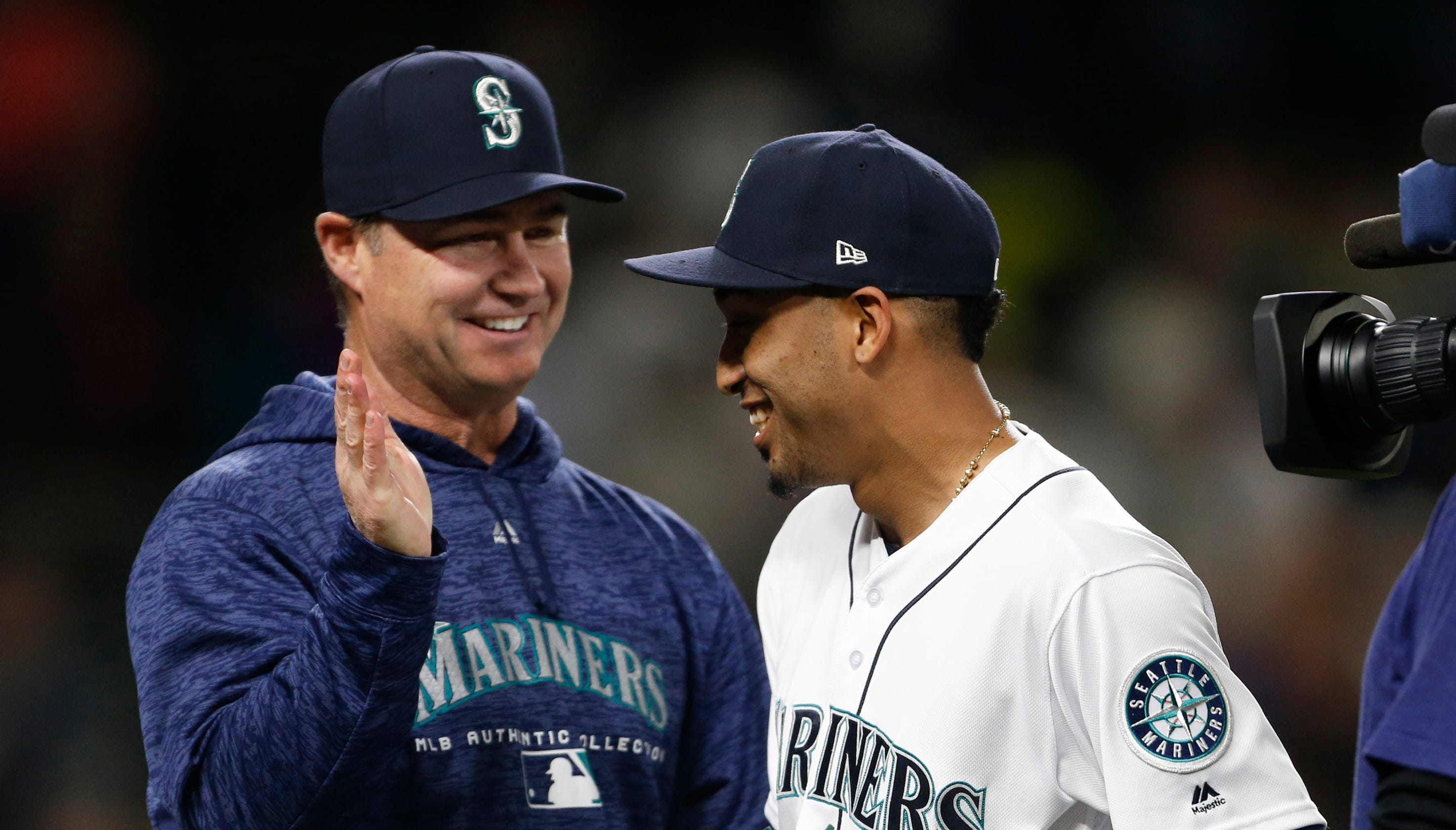 Seattle Mariners Manager Scott Servais Loses Bet Gets Closers Haircut