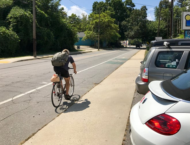 A motorist asks for clarity on whether or not cars must yield to a cyclist in a designated cycling lane.