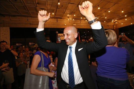 David Garcia celebra su victoria en las primarias democratas para gobernador de Arizona, en Roland's Cafe and Market, en Phoenix.