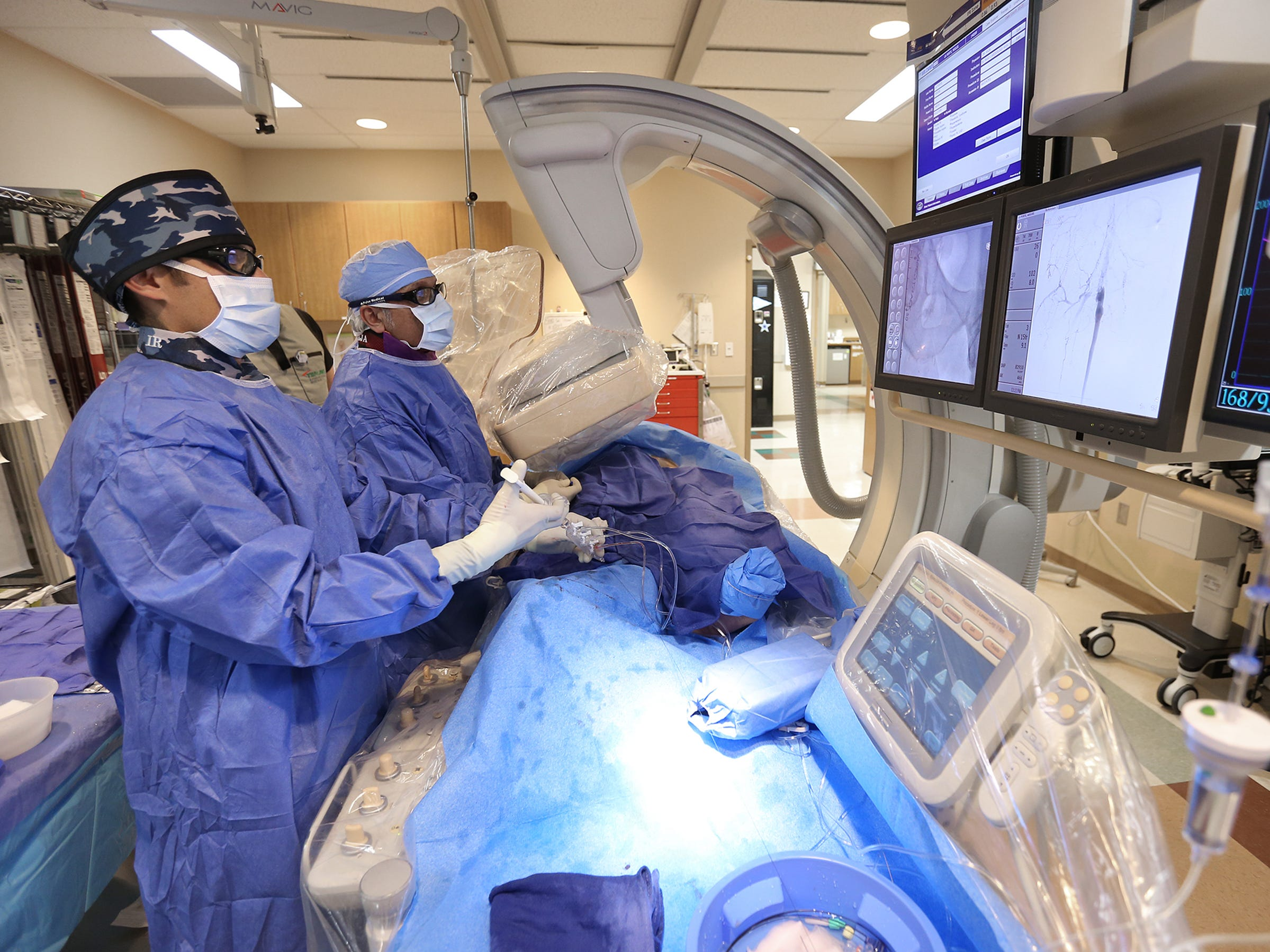 Dr. M. Laiq Raja and Cardiovascular Tech Ivan Rodriguez perform and R2P revascularization on a patient.