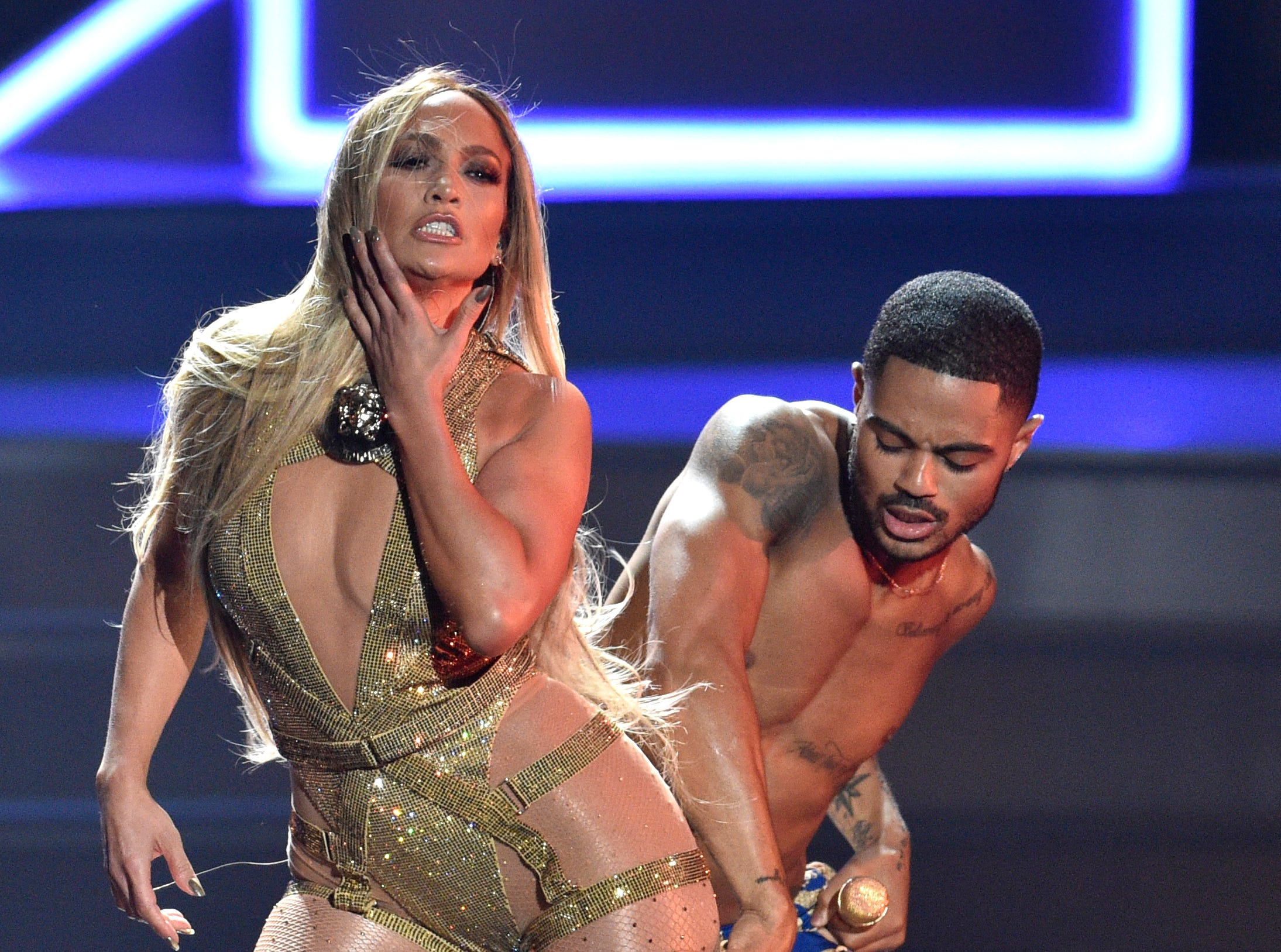 Video Vanguard award winner Jennifer Lopez showed off some sexy moves while performing at the MTV Video Music Awards.