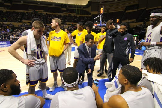 LSUA coach Larry Cordaro talks to team during timeout of 2018 NAIA National Championship Game.