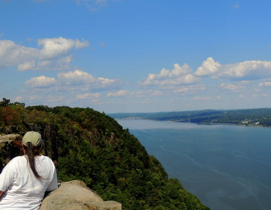State Line Lookout offers panoramic views and good looks at dynamic birds.
