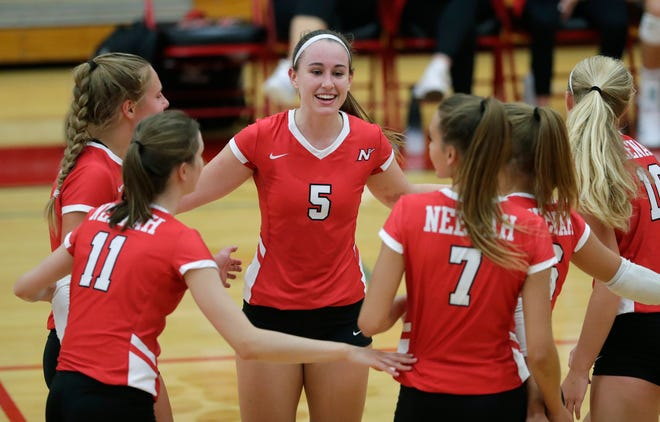 Neenah's Tommy Albers (5) celebrates winning a point with teammates during a Fox Valley Association match against Hortonville on Aug. 30 in Hortonville. Dan Powers/USA TODAY NETWORK-Wisconsin