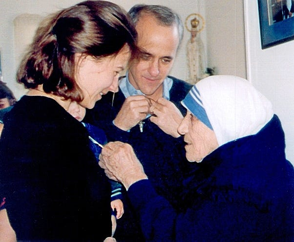 Mother Teresa presents a religious medal to Jim and Mary Towey in 1999.