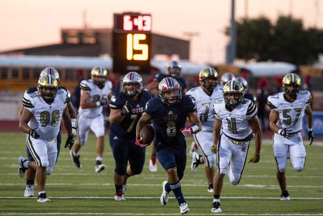 Veterans Memorial's David Soto runs the ball for a touchdown during the first half of their game against Edcouch-Elsa at Cabaniss Football Field on Thursday, Aug. 30, 2108.