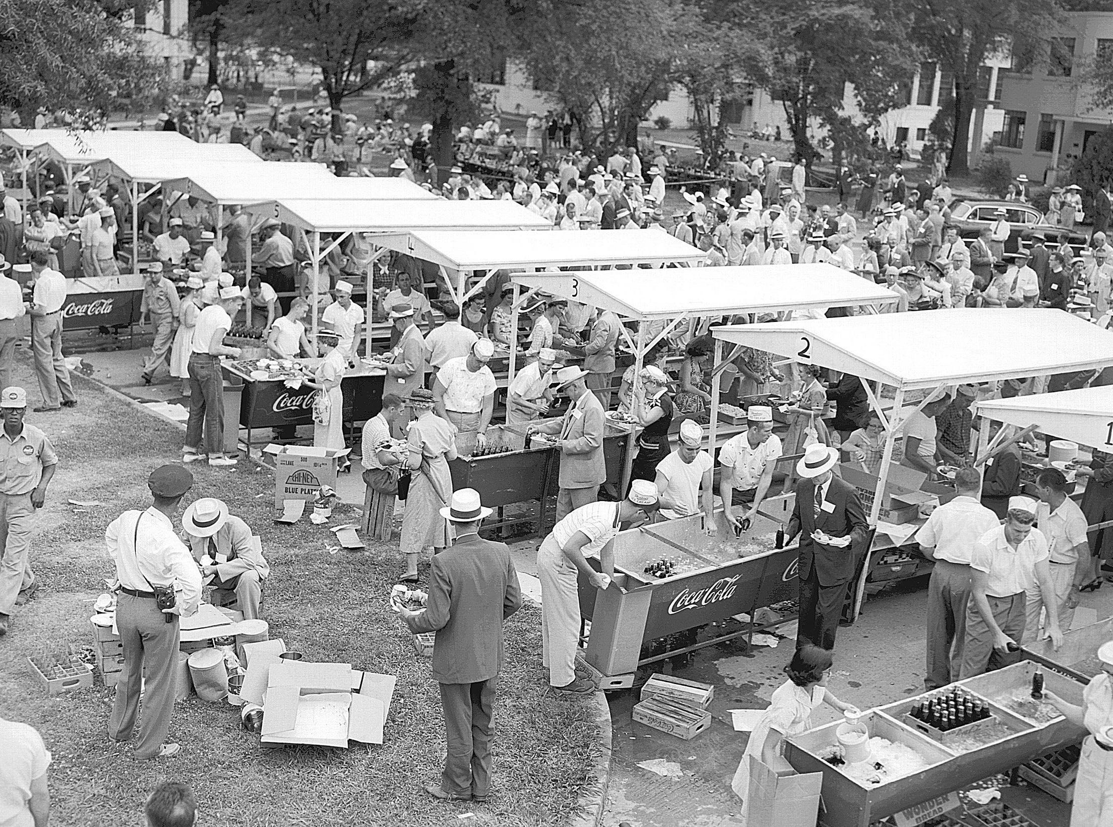 Soft drinks and barbecued chicken were on the lunch menu at the Delta Council meeting at Delta State College in Cleveland, Miss., on 12 May 1955. Approximately 5,000 people turned out for the annual event.