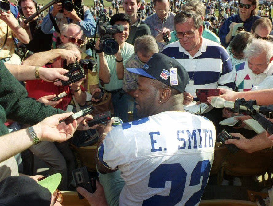 LOS ANGELES, CA - JANUARY 26:  Cowboy star running back Emmitt Smith answers journalists' questions 26 January 1993 during Super Bowl Photo Day at Dodger Stadium. The Cowboys will play the Buffalo Bills in Super Bowl XXVII 31 January at the Rose Bowl.  (Photo credit should read VINCE BUCCI/AFP/Getty Images)