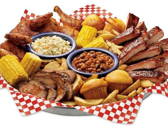 En Famous Dave's, encontrará una variedad de favoritos de barbacoa en el menú, como costillas de St. Louis, pollo, falda de res de Texas, cerdo picado de Georgia, ensalada de col, papas fritas, frijoles, maíz y magdalenas de maíz