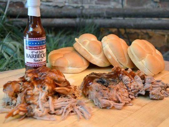 Una comida de barbacoa en Bobby-Q, que utiliza almendras y bosques de mezquite para cocinar.