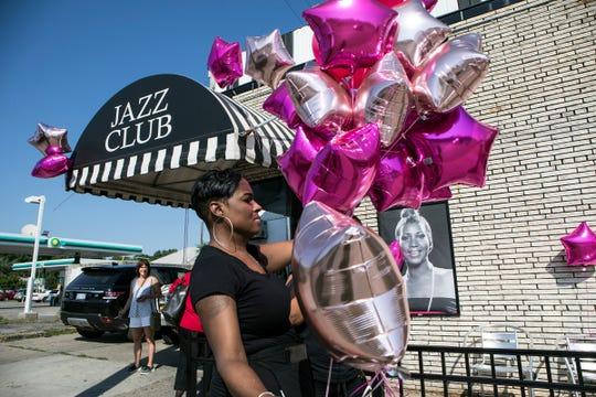 Love Williams, 43 ans, de Detroit, finalise les décorations au salon du clavier de Baker en prévision des funérailles d'Aretha Franklin sur l'avenue Livernois. à Detroit, dans le Michigan, le vendredi 31 août 2018.