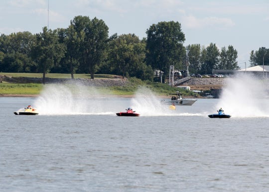Boats take the second turn during the championship heats of the 2018 Evansville Hydrofest Saturday, September 1, 2018.
