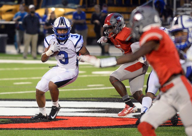 Williamstown's Quinn Hart carries the ball during a 24-7 victory over Vineland on Friday night.