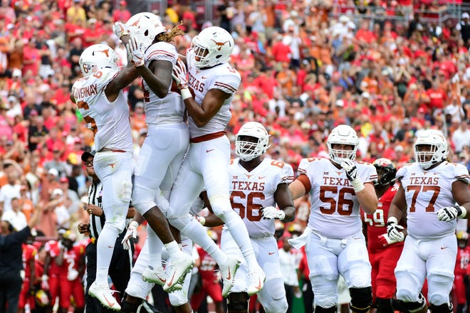 Texas Longhorns wide receiver Devin Duvernay (6) celebrates with teammates.