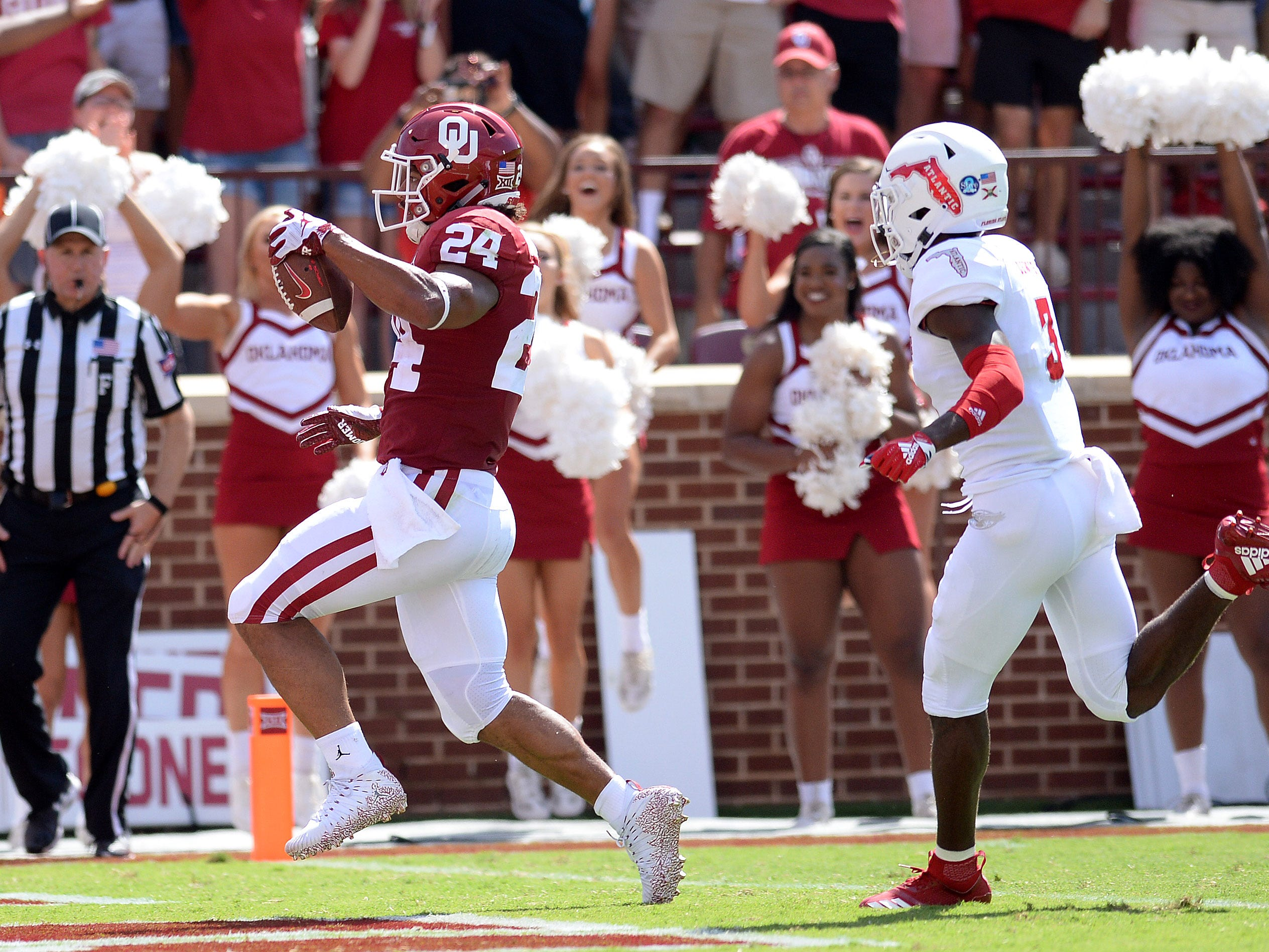 Oklahoma Sooners running back Rodney Anderson (24) scores a first-half touchdown.