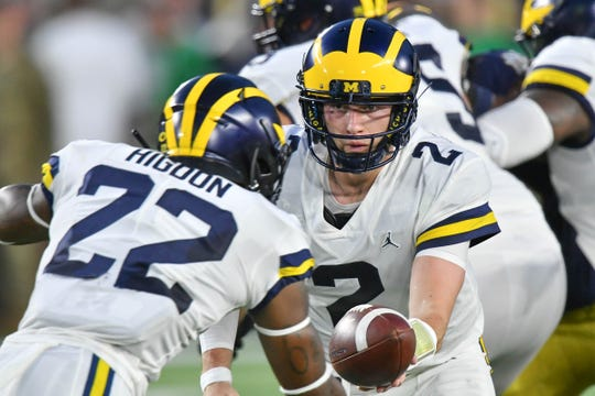 Shea Patterson hands off to Karan Higdon in the first quarter against Notre Dame.