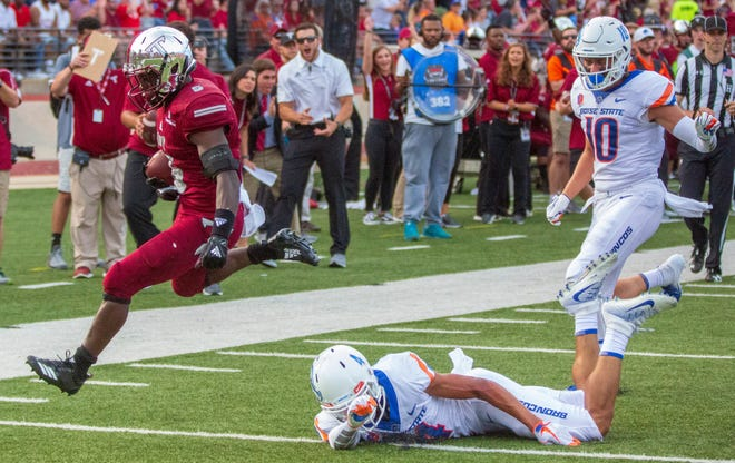 Jabir Daughtry-Frye scores a touchdown in the first quarter of Troy's game against Boise State.
