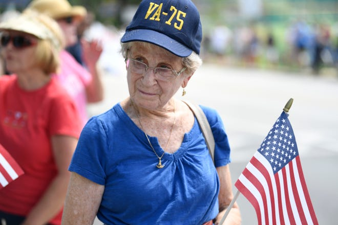 9/2/18 1:19:52 PM -- Annapolis, MD, U.S.A  -- Ann Hewitt of Annapolis waits to watch the passing of John McCain's motorcade on his way to be laid to rest at the U.S. Naval Academy.  --    Photo by Jasper Colt, USA TODAY Staff ORG XMIT:  JC 137444 McCain Annapolis 9/2/2018 (Via OlyDrop)