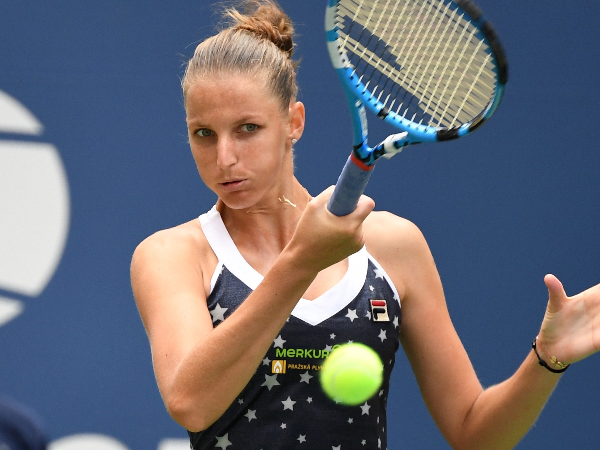 Karolina Pliskova plays a forehand return to Ashleigh Barty.