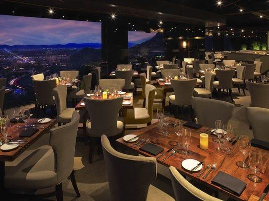 La vista desde A Different Pointe of View restaurant at Pointe Hilton Tapatio Cliffs Resort en Phoenix.