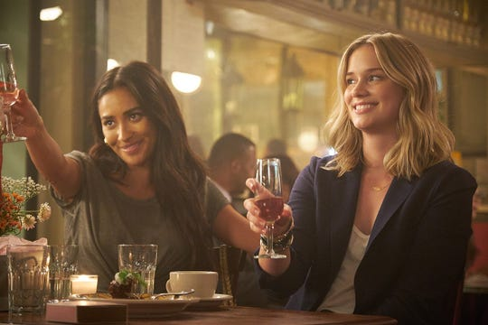 """Peach (Shay Mitchell) and Beck (Elizabeth Lail) on """"You."""""""