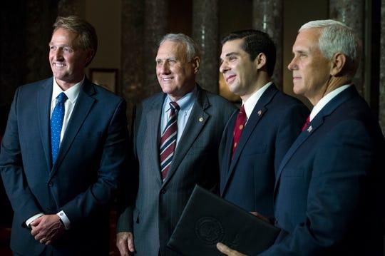(De izq. a der.) El senador por Arizona Jeff Flake, el senador Jon Kyl, Christopher Gavin, nieto de Kyl, y el vicepresidente de EU Mike Pence.