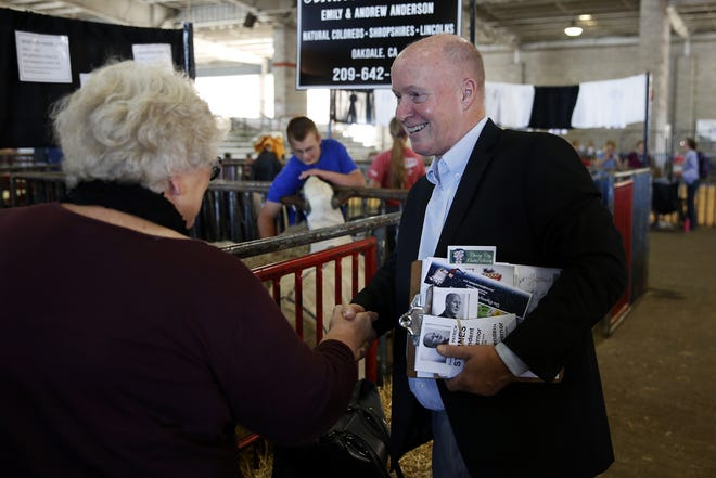 Independent candidate for governor Patrick Starnes greets Connie B. Miller of Turner while touring the Oregon State Fair in Salem, Oregon, on Monday, Aug. 27, 2018.