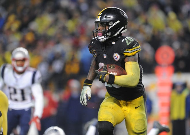 Pittsburgh Steelers running back Le'Veon Bell (26) picks up fourth quarter yards against the New England Patriots at Heinz Field.