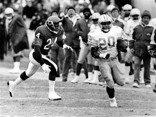 Detroit Lions running back Barry Sanders runs past Chicago Bears defender Vestee Jackson at Soldier Field in 1989.