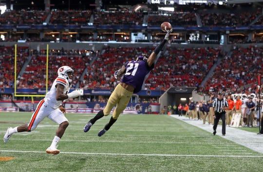Washington wide receiver Quinten Pounds (21) makes a touchdown catch against Auburn cornerback Jamel Dean (12) on Saturday, Sept. 1, 2018, in Atlanta.