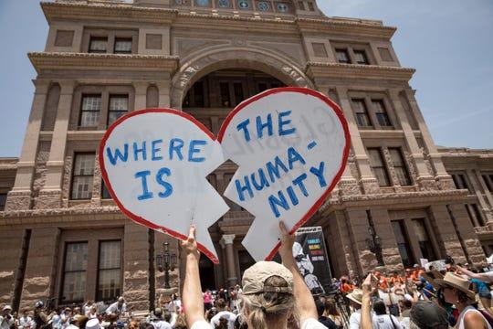 Una multitud protesta afuera del Capitolio en Austin, Texas, por la separación de familias inmigrantes.