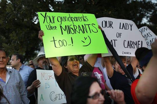 Una multitud protesta por la separación de familias inmigrantes.