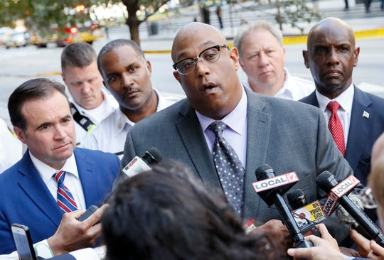 El jefe de policía de Cincinnati, Eliot Isaac (centro) habla con los medios luego del tiroteo suscitado el jueves 6 de septiembre, 2018.