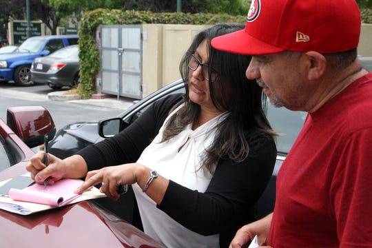 Miranda Rodríguez, (izquierda), gerente de campo de la Alianza contra el Cáncer del Valle de Salinas, habla con Juan Ramón en el Starbucks del Boulevard Constitution.