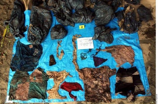 Más de 200 prendas de vestir fueron halladas en las 32 fosas en Veracruz.