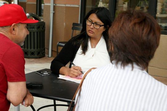 El residente de Salinas Juan Ramón (izquierda) y su hermana (derecha) hablan con Miranda Rodríguez (centro), gerente de campo de la Alianza contra el Cáncer del Valle de Salinas en el Starbucks del Boulevard Constitution.