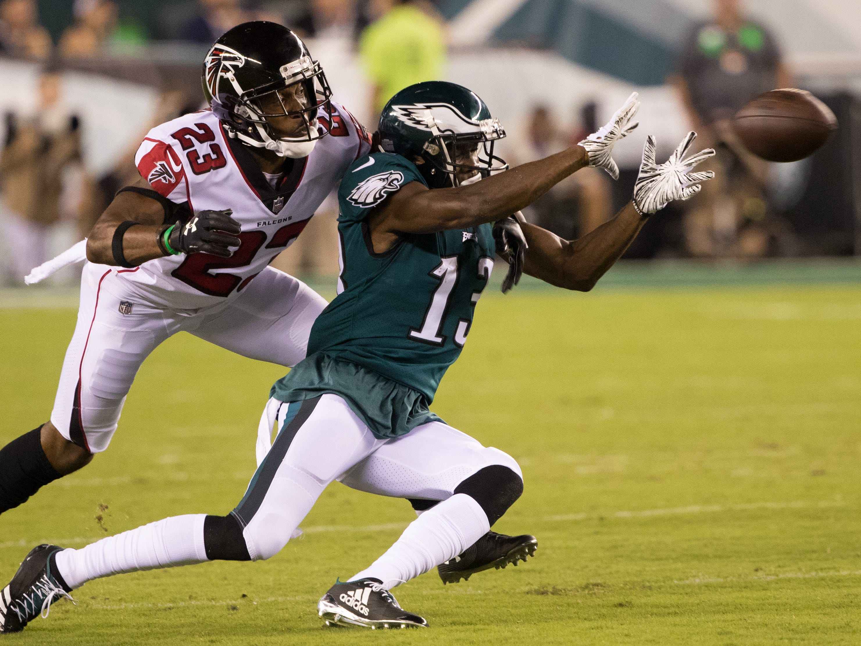 Philadelphia Eagles wide receiver Nelson Agholor makes a catch in front of Atlanta Falcons defensive back Robert Alford during the second quarter at Lincoln Financial Field. - Packers QB Carted Off In Clash With Bears