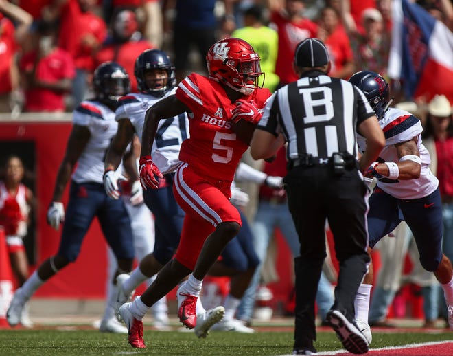 Houston Cougars wide receiver Marquez Stevenson (5) runs with the ball for a touchdown during the first quarter against the Arizona Wildcats at TDECU Stadium.