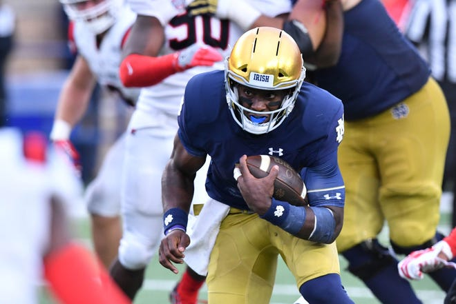 Sep 8, 2018; South Bend, IN, USA; Notre Dame Fighting Irish quarterback Brandon Wimbush (7) carries in the fourth quarter against the Ball State Cardinals at Notre Dame Stadium. Mandatory Credit: Matt Cashore-USA TODAY Sports