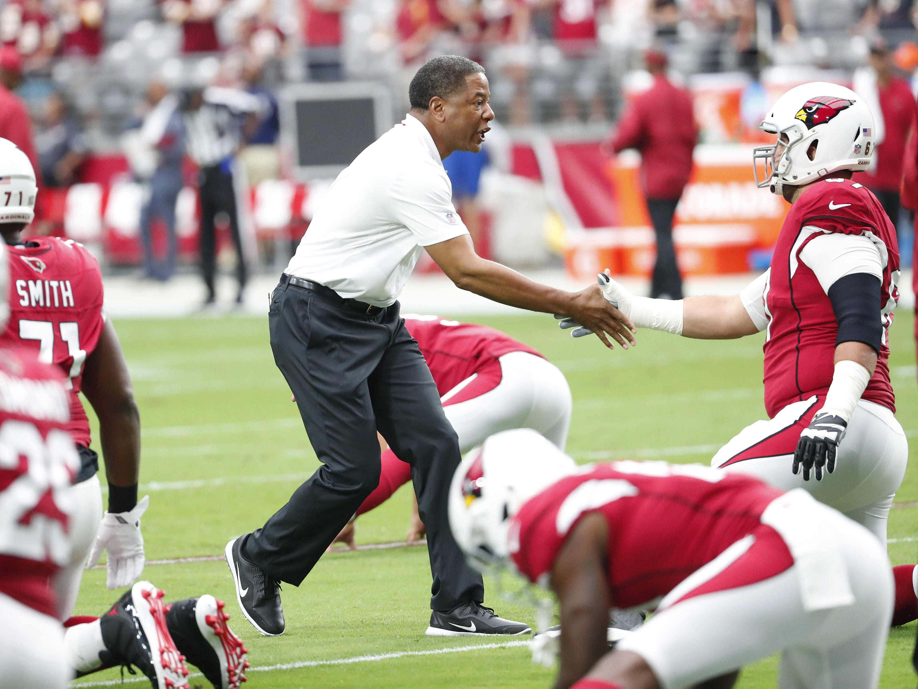 Arizona Cardinals head coach Steve Wilks shakes hands with offensive guard Justin Pugh (67) before playing against the Washington Redskins at State Farm Stadium in Glendale, Ariz. September 9. 2018.