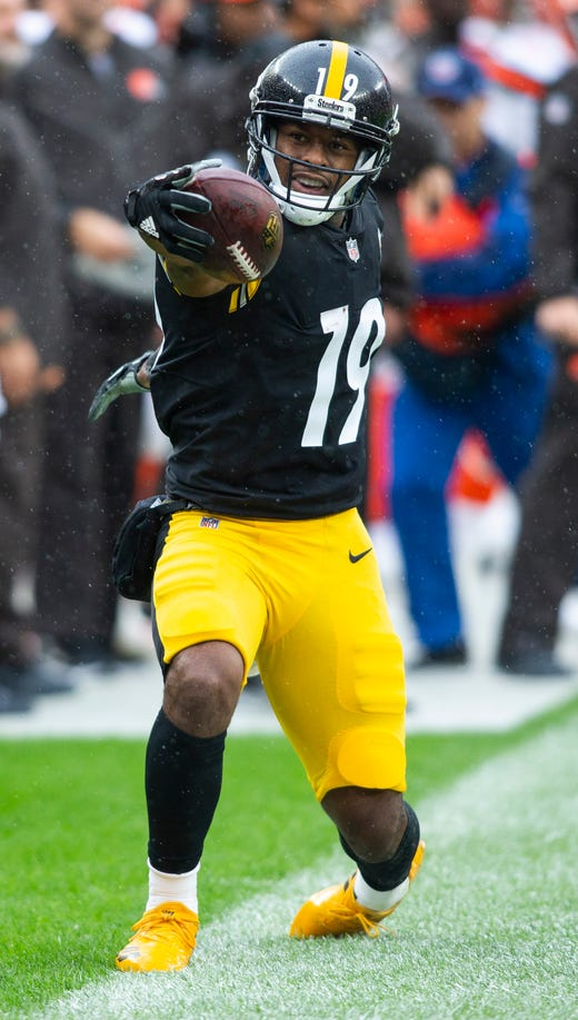 Pittsburgh Steelers wide receiver JuJu Smith-Schuster celebrates a first down reception against the Cleveland Browns during the first quarter at FirstEnergy Stadium. - Packers QB Carted Off In Clash With Bears