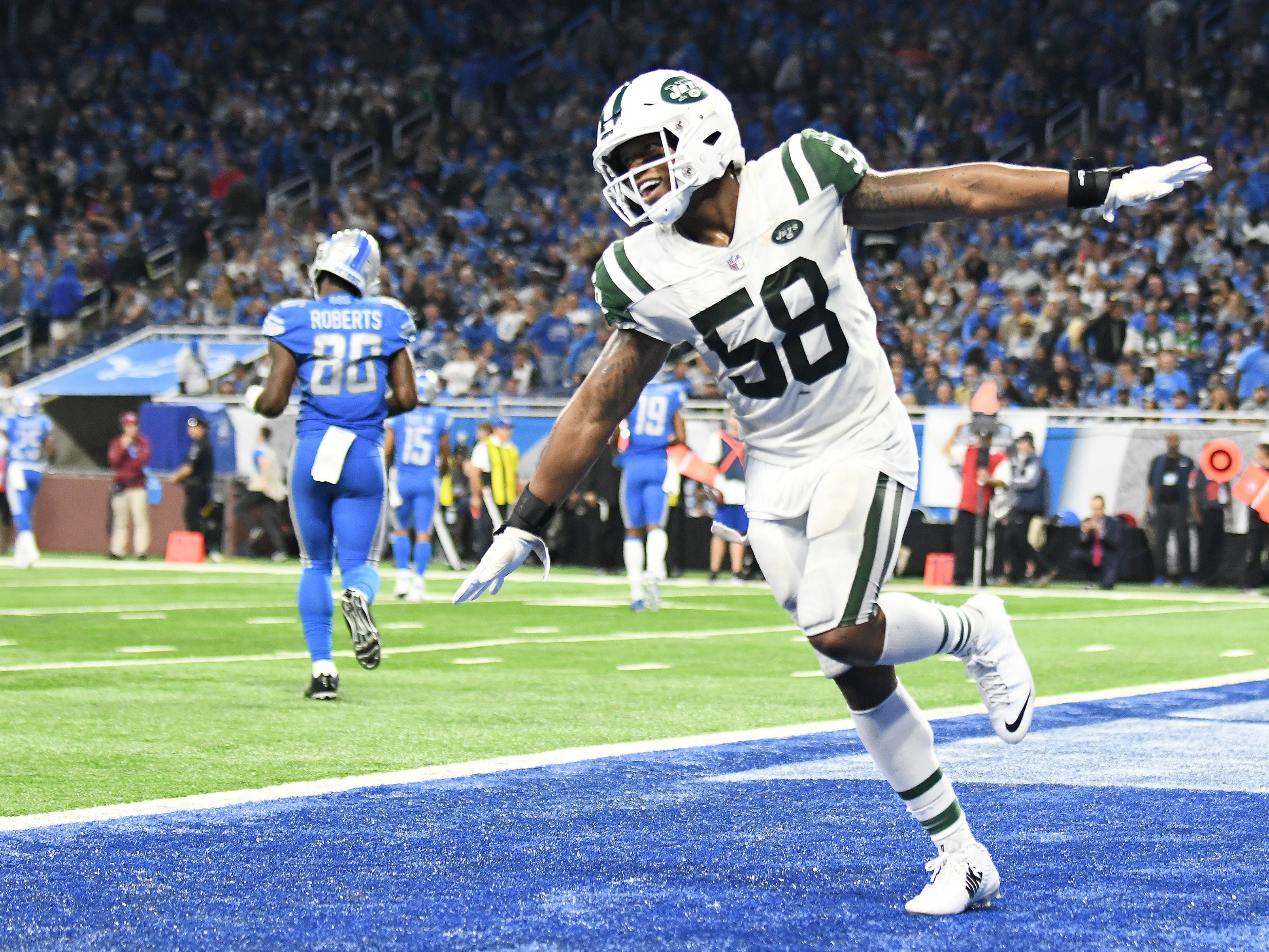 Jets linebacker Darron Lee celebrates an interception and touchdown in the fourth quarter.