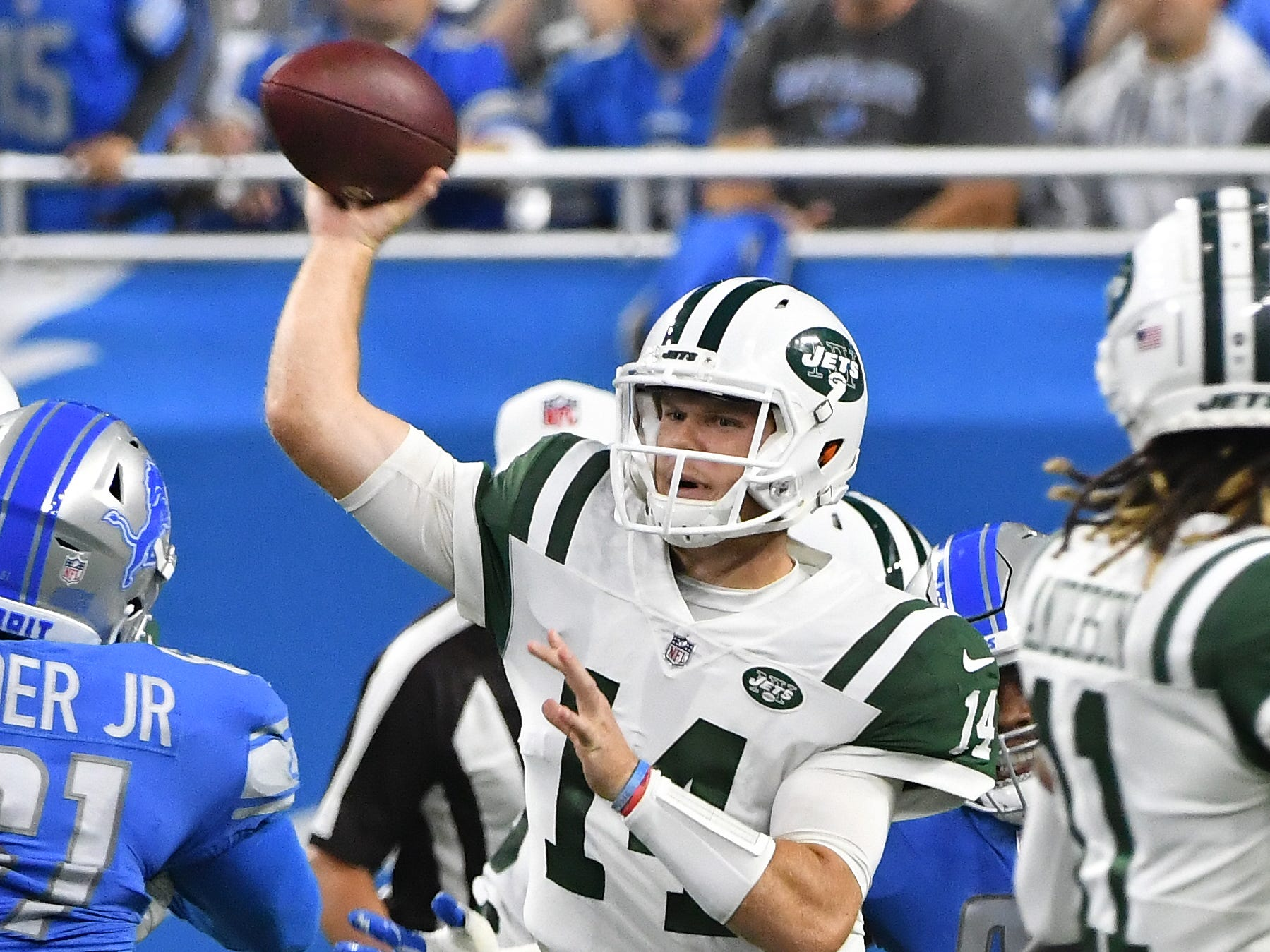 Jets rookie quarterback Sam Darnold throws in the first quarter.
