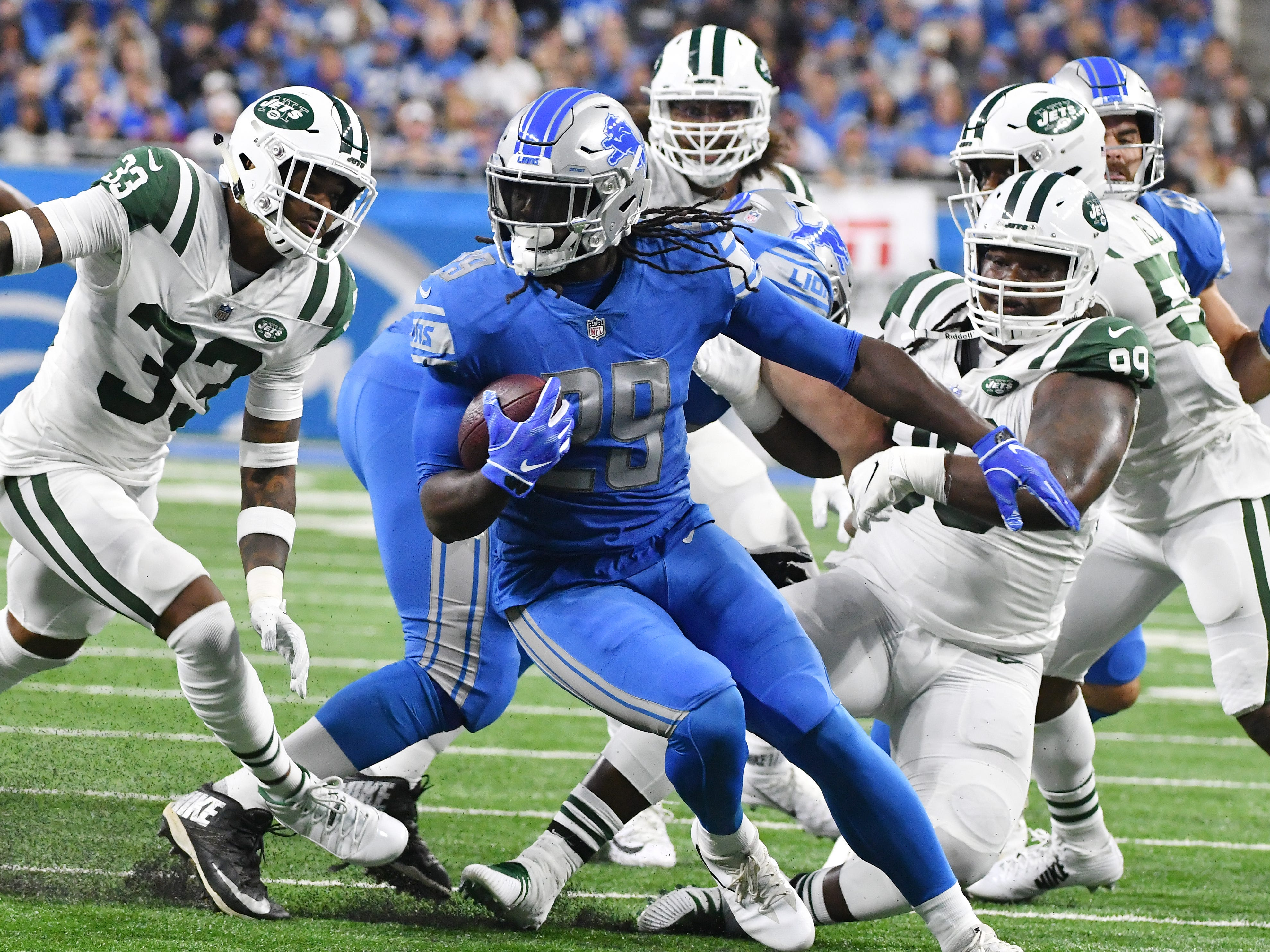 Lions running back LeGarrette Blount runs the ball in the first quarter.