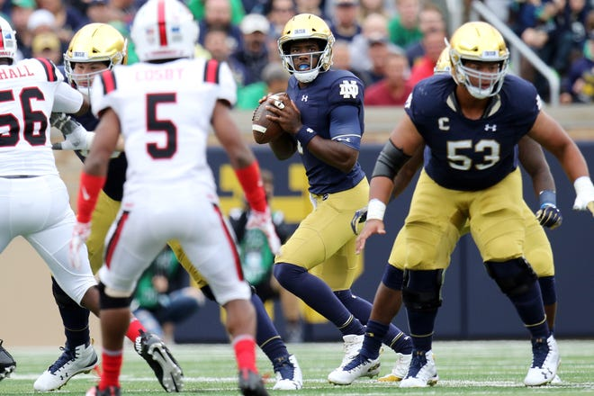 Brandon Wimbush only ran the ball five times behind a struggling Irish offensive line, led by senior captain Sam Mustipher (53).