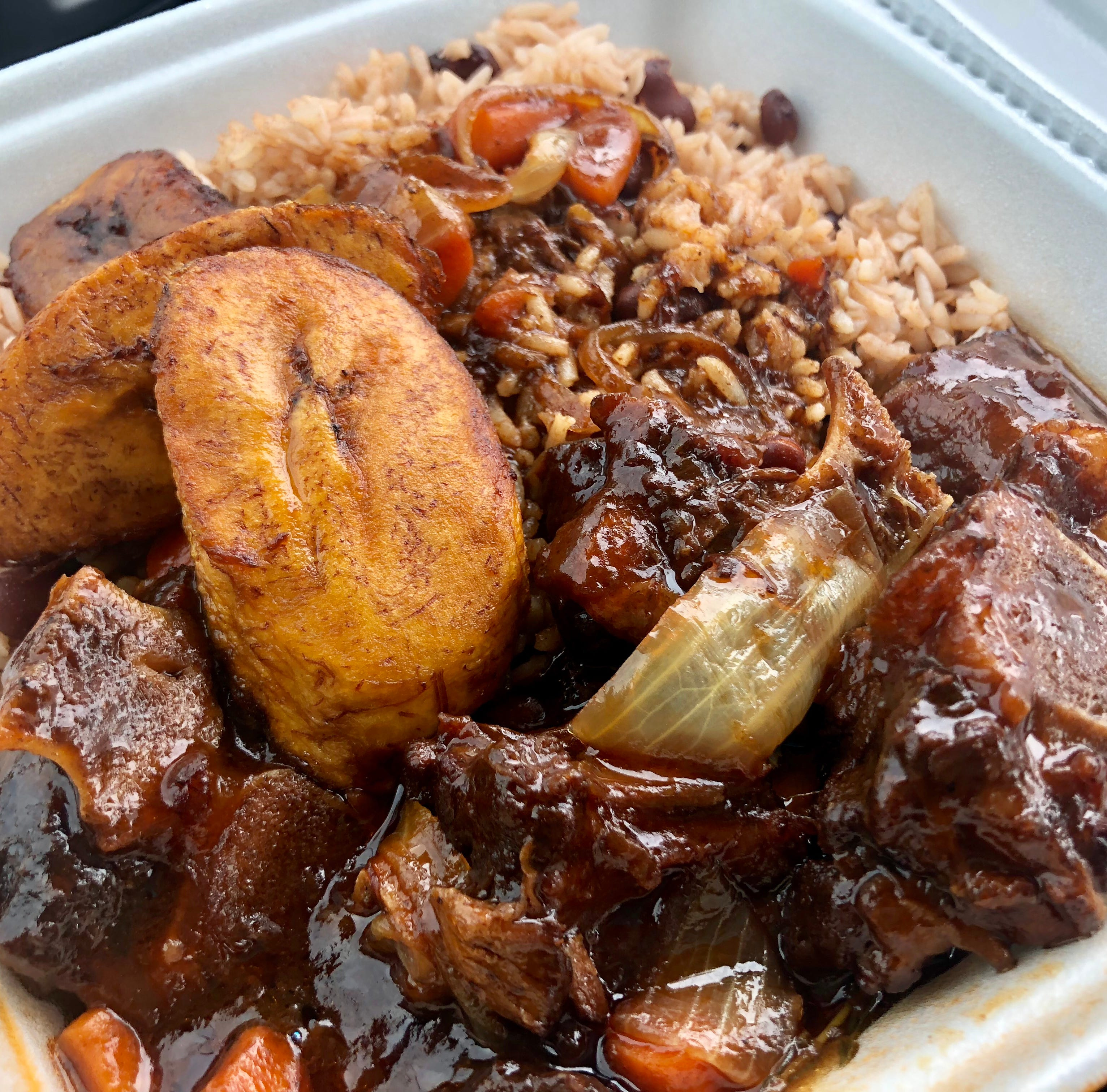 Inside the food court of a Naples mall, Island Vybz Caribbean Cuisine a master in Jamaican flavors — JLB review