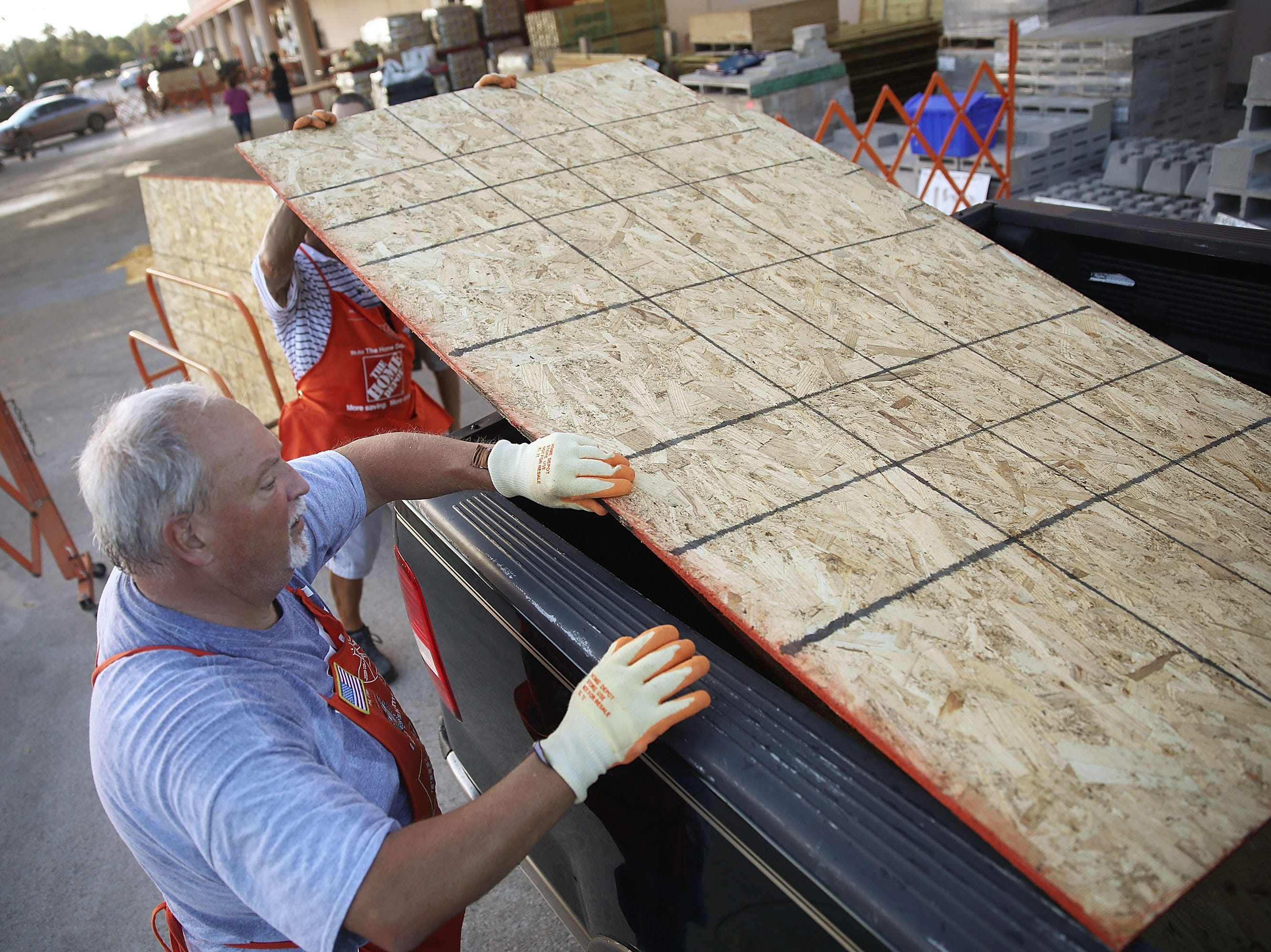 MYRTLE BEACH, SC - SEPTEMBER 11:   Home Depot employee Jim Brown helps a customer load plywood into his truck as residents prepare for the arrival of Hurricane Florence on September 11, 2018 in Myrtle Beach, United States. Hurricane Florence is expected on Friday possibly as a category 4 storm along the  Virginia, North Carolina and South Carolina coastline. (Photo by Joe Raedle/Getty Images) ORG XMIT: 775225768 ORIG FILE ID: 1031228544