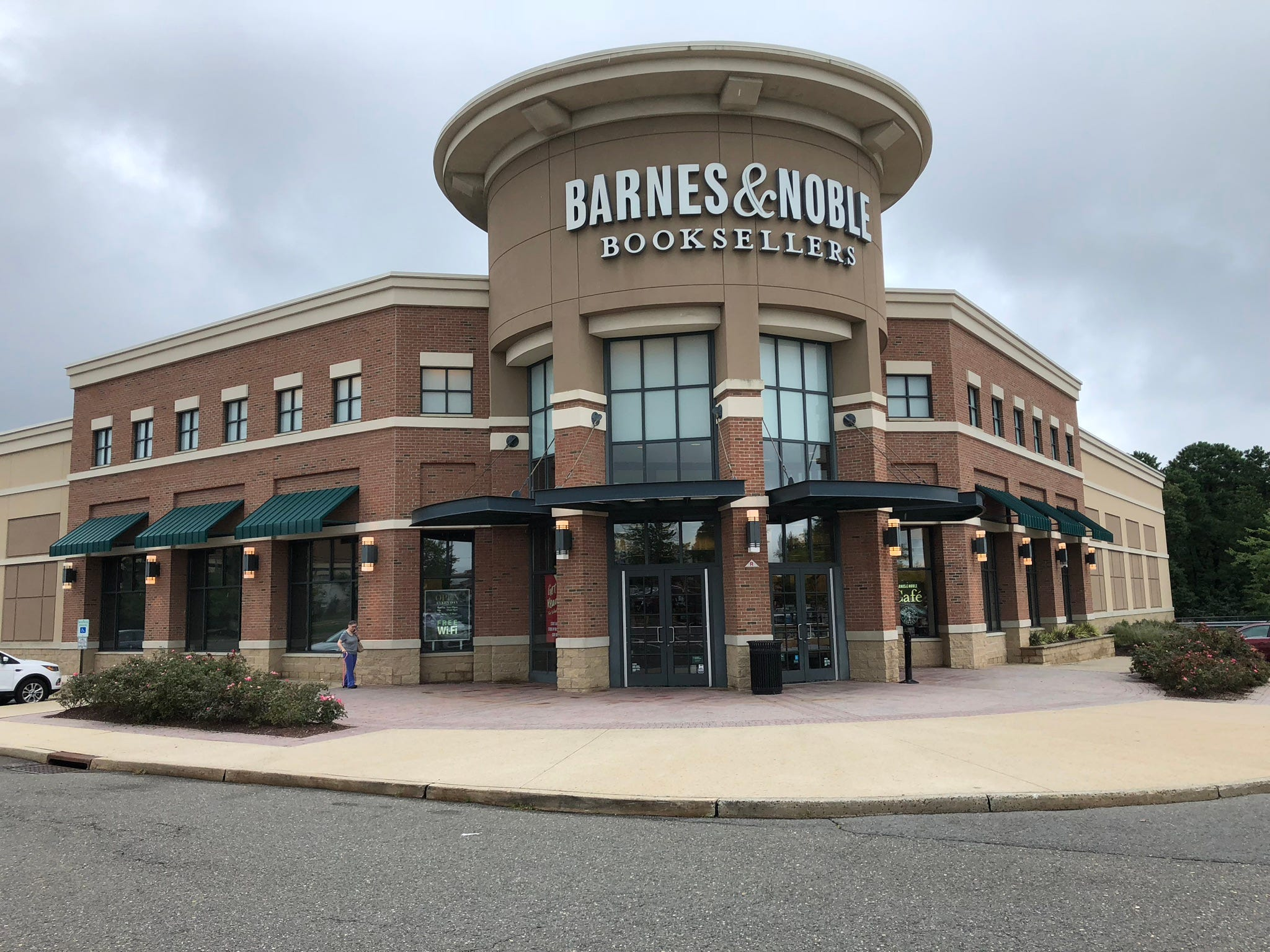 Barnes noble monmouth county mall