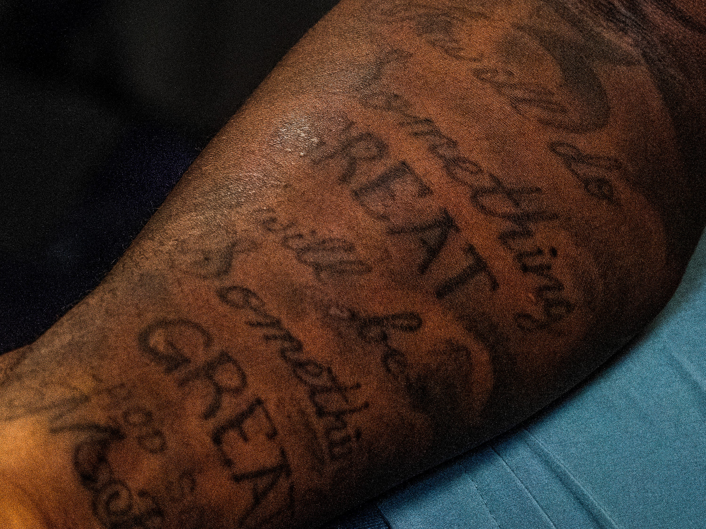Alabama linebacker Mack Wilson, of Montgomery, shows a tattoo of a quote by his friend Rod Scott.