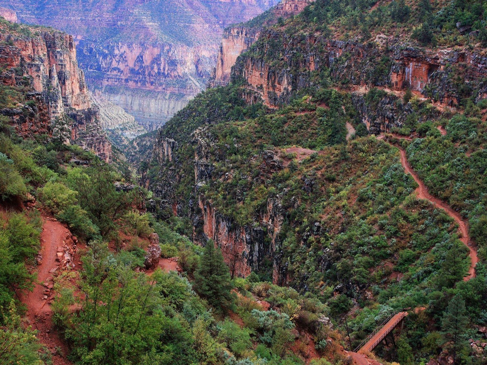 El North Kaibab Trail zigzaguea en las profundidades del Gran Cañón.